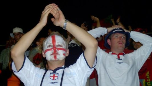 אוהדים אנגלים לאחר עוד הפסד - הפעם לפורטוגל