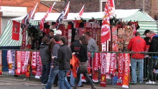 אוהדים בדרך למשחק של ליברפול באנפילד