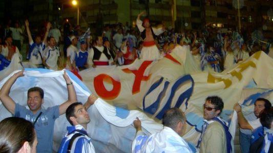 אוהדי נבחרת יוון לא יודעים את נפשם בדרך לאליפות אירופה ב-2004, לאחר הנצחון על צרפת