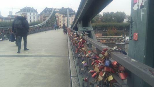 גשר מעל הנהר מיין בפרנקפורט