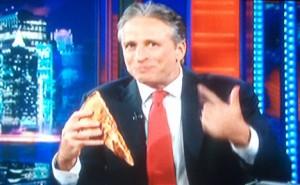 ג'ון סטיוארט אוכל פיצה. צילום: מהטלויזיה