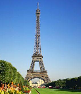 פריז. 10 טיסות ביום ולעתים יותר