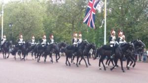פרשי המשמר בטקס החלפת המשמרות בארמון בקינגהאם בלונדון